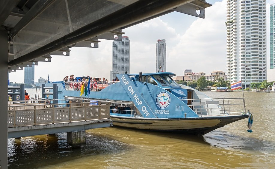 Hop on Hop off Tourist Boat am Sathorn Pier in Bangkok.