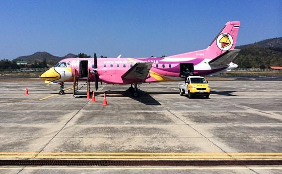 Billige Inlandsflüge mit Nok Air - Flugzeug am Flughafen