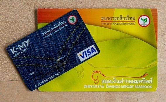 Thailändische Kreditkarte und Sparbuch der Kasdikorn Bank.
